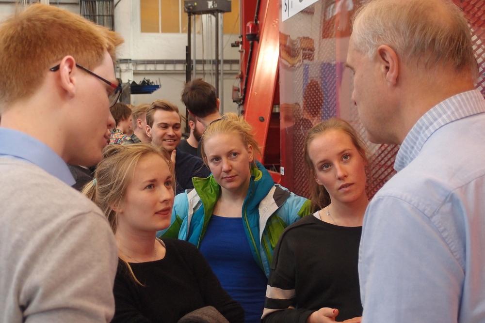 PhD Candidate John Fredrick Berntsen (left) and students Else Tjønn, Lene Æsøy and Ingrid Bye Løken listen to Professor Magnus Langseth during the demonstration in the lab.