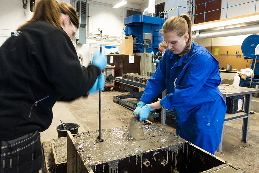 MSc student Guri Lillehaug (right) and Oda Toreskås from the Norwegian Defence Estates Agency in the process of moulding.
