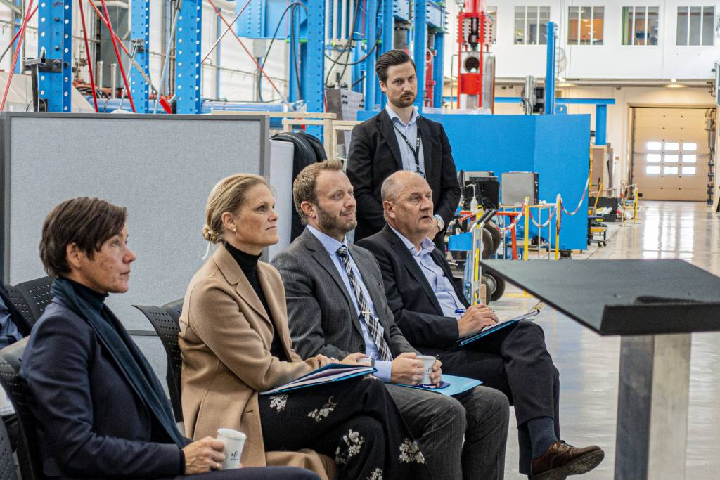 The  Norwegian Minister of Public Security visit the labs of SFI CASA