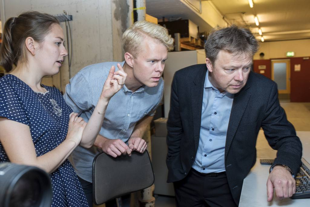 PhD Candidates Karoline Osnes and Jens Kristian Holmen observe the footage of the experiment in the gas gun with Professor Tore Børvik. Photo: Lena Knutli.