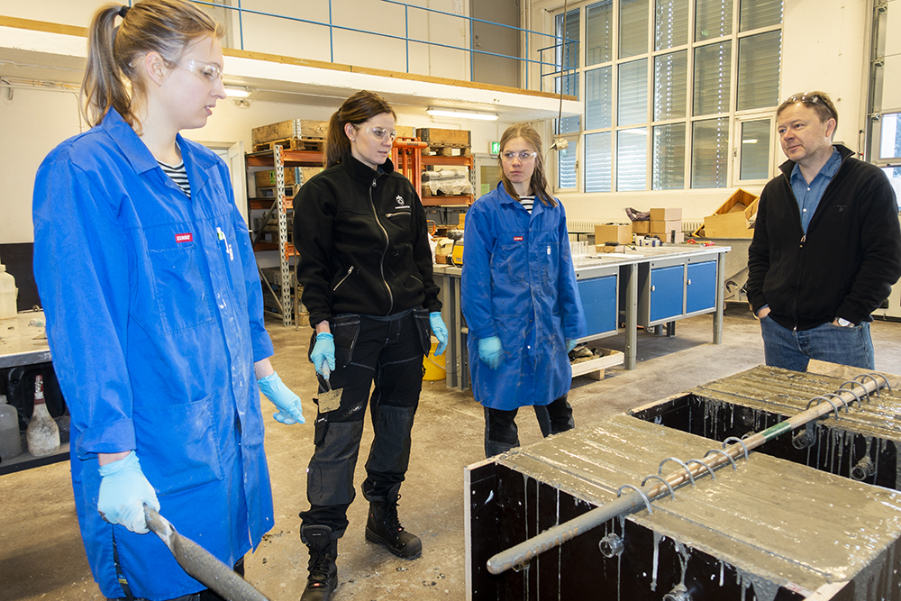 Guri Lillehaug, Oda Toreskås and Marte Vestermo Nesje discussing with supervisor Professor Tore Børvik at SIMLab.