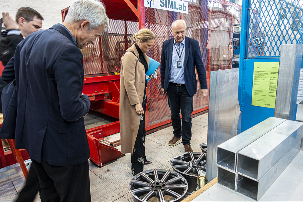 The Norwegian Minister of Public security Ingvil Smines Tybring-Gjedde looks at damaged rims in the Lab SFI CASA