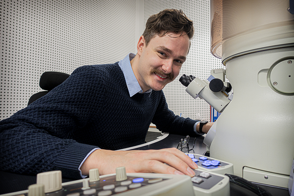Emil Christiansen in front of the supermicroscopeTEM