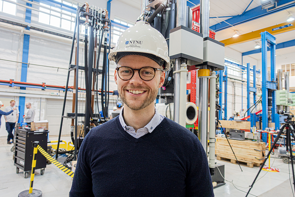 PhD candidate Ole Vestrum in front of test rig at SIMLab
